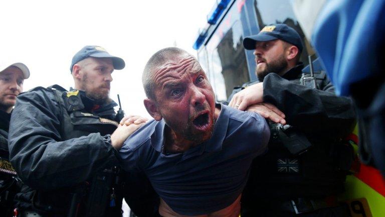 Крайнодесни групи и индивиди се въоръжават и намират начин да се обединяват онлайн, а правителствата все още подценяват заплахата въпреки скорошните атаки (на снимката: полицаи задържат протестиращ срещу присъдата на крайнодесния активист Тони Робинсън във Великобритания)