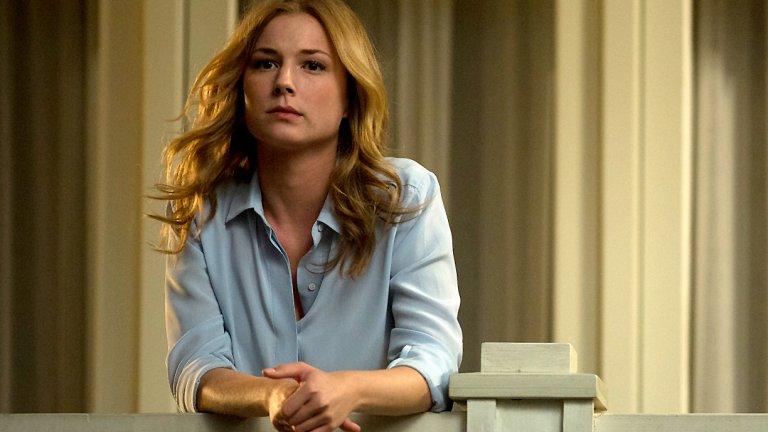 """Емили Торн, """"Отмъщението"""" Като главна героиня в сериал, наречен """"Отмъщението"""", тук нещата са повече от ясни. Емили Торн се завръща в богаташкото градче край морето Хамптън, за да отмъсти на всички, които са виновни за това баща ѝ да бъде обвинен несправедливо в колосално присвояване на средства и след това да умре в затвора. Затова тя сега си има черно тефтерче с имена за задраскване и ще използва всичко - съблазън, измами, изнудване, за да постигне целите си. В главната роля тук е Емили Ванкамп, която е типичната американска, русокоса красавица. Когато обаче към чара ѝ се добави и нотка на жестокост и жажда за отмъщение, нещата определено стават фатални."""
