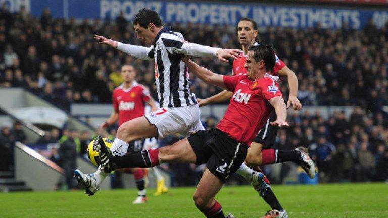 Едно от последните действия на терена за Гари Невил. Дузпа срещу Уест Бромич навръх 1 януари 2011.