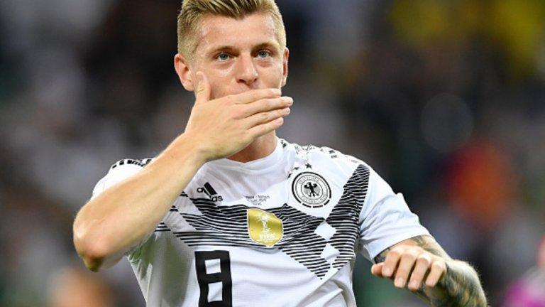 """Тони Кроос блесна като спасителя на Германия в привидно безнадеждната ситуация срещу Швеция. Световните шампиони бяха пред сензационно отпадане още след втория си мач в Русия, но зашеметяващият удар на Кроос в 95-ата минута донесе победното 2:1 над """"тре кронур"""" и Германия остана в играта. Освен това, халфът беше сред светлите лъчи в своя национален отбор при огромните трудности в първите два мача. Очевидно играта на целия Бундестим не върви, но Кроос е този, който не спира да се опитва да промени нещата и засега показва неизчерпаема енергия."""
