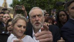 Джеръми Корбин се опитва да си проправи път сред тълпата на по време на митинг на 27 юни. В същия ден парламентарната група на Лейбъристите директно влезе в сблъсък с лидера си.