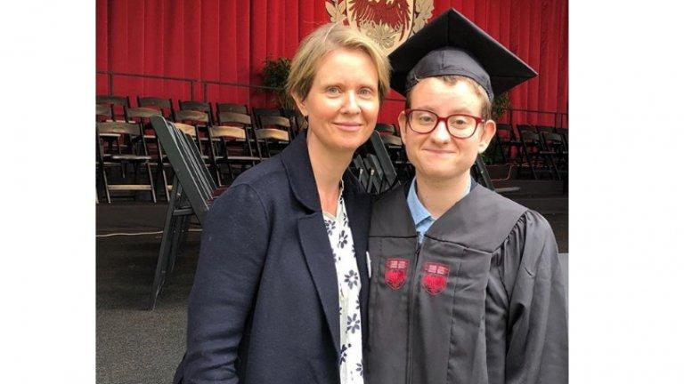 """Синтия Никсън""""Много съм горда със сина си Самюъл Джоузеф Моузес (накратко Сеф), който този месец се дипломира от колежа. Поздравявам него и всички, които отбелязват Trans Day of Action"""", пише актрисата в поста си под тази снимка в Instagram през 2018 г. Това е най-голямото дете от връзката на Никсън с професора Дано Моузес, след която тя се омъжва за партньорката си Кристин Маринони през 2012 г. По думите ѝ тя е очаквала по-остра реакция в социалните мрежи, когато е споделила снимката, но за нейно учудване, по-скоро е срещнала разбиране. """"Истината е, че можеш да използваш какви ли не аргументи срещу гей хората, но като родител и като човешко същество имаш една отговорност - да слушаш какво казват хората за самите себе си"""", казва още Никсън в интервю за Daily Mail."""