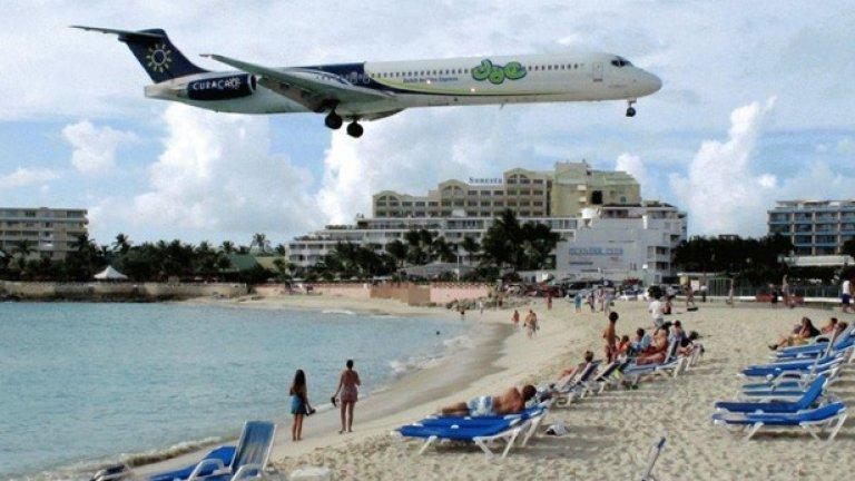 Летището на остров Свети Мартин е съвсем близо до плажа и затова туристите постоянно се радват на (или се стряскат от) самолети, прелитащи на минимална височина