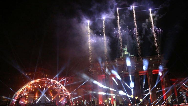 Берлин  Традиционната новогодишна заря при Бранденбургската врата в Берлин, която събира стотици хиляди, беше излъчена онлайн. А продажбата на пиротехнически средства беше забранена за широката общественост.