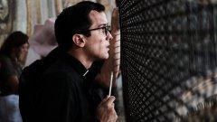 Ватиканът препоръчва на свещениците, станали бащи, да напуснат службата и да поемат отговорността си като родители. Това изискване обаче е само формалност. Няма нито едно правило, което да позволява принудително освобождаване на свещеник поради бащинство.