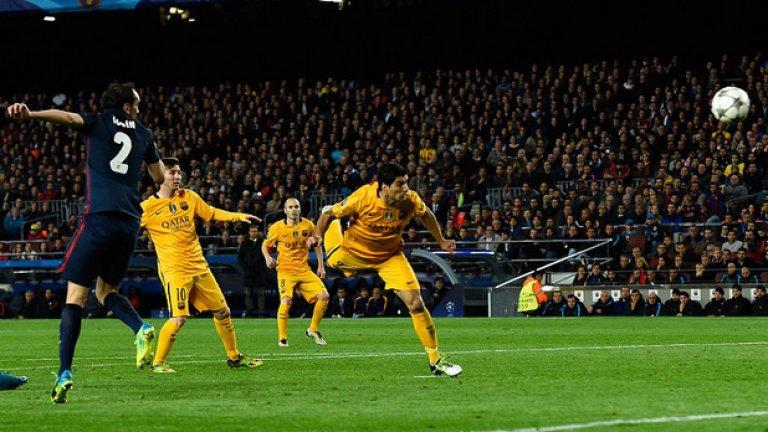Луис Суарес забива втория си гол в мача, като попаденията му обърнаха мача.