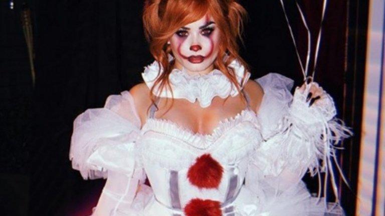 """Деми Ловато   Още една звезда се превърна в огнена червенокоска за тазгодишния Хелоуин. Деми Ловато стана страховита, но и доста изкусителна версия на ужасяващия клоун Пениуайз от """"То""""."""