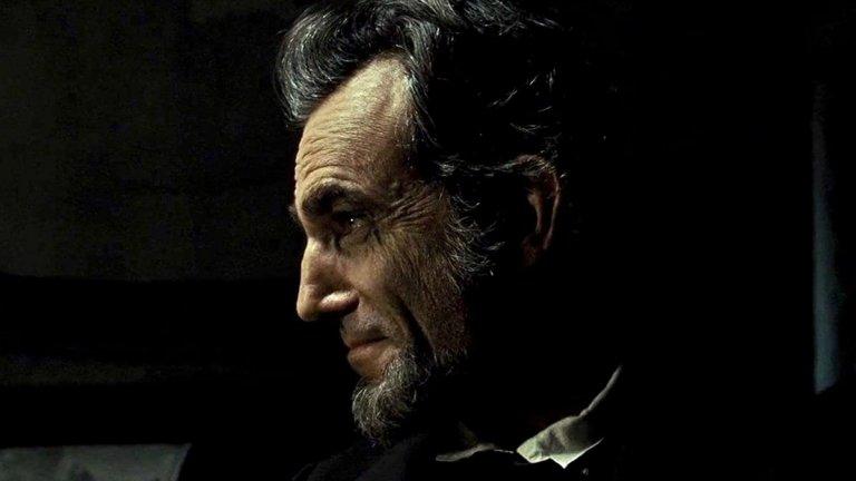 """Даниел Дей Люис в """"Линкълн"""" (2012 г.)  Тук ситуацията е малко по-различна. Изключително талантливият Дей Люис влиза в ролята на реално съществувал президент, при това един от най-популярните. Историческата драма се фокусира върху последните четири месеца от живота на Линкълн и най-вече опитите му да премахне робството. А Дей Люис се справя така добре с тази сложна актьорска задача, че получава """"Оскар"""" за главна мъжка роля."""