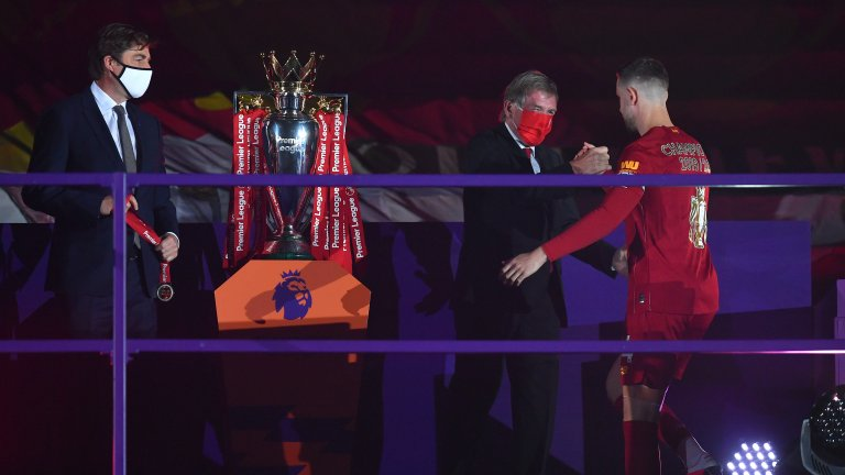 """Хендерсън получи трофея от легендата на """"червените"""" сър Кени Далглиш"""