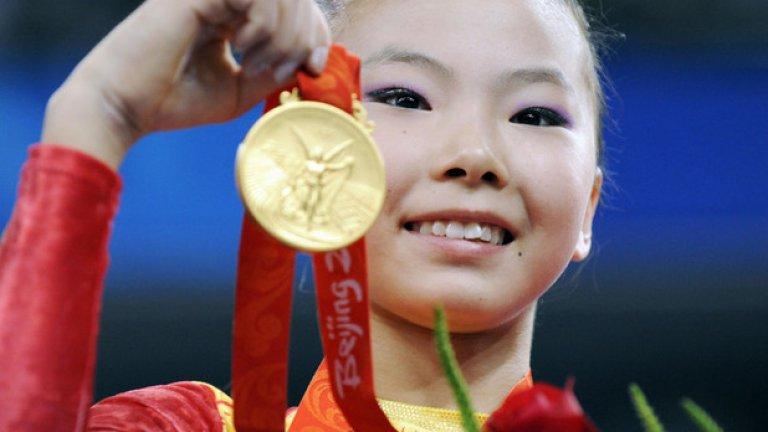 """29. Пекин 2008: Ти на колко си години? Хъ Късин спечели два златни медала на Олимпиадата, но имаше дебат дали наистина е на 16 години и дали може да участва на Игрите. Различни източници твърдяха, че китайката е родена през 94-та, което я правеше 14-годишна и нередовна участничка на Олимпиадата. """"Истинската ми възраст е 16. Не ме интересува какво казват хората"""", каза Късин тогава, а от МОК се съгласиха с нея."""