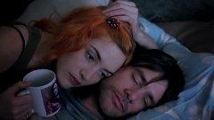 """""""Блясъкът на чистия ум"""" (Eternal Sunshine of the Spotless Mind) Колко по-щастлив ще е човек, ако може да си спести любовната агония след раздяла и просто да изтрие всички спомени от последната си връзка като с магическа пръчка? Джоел и Клементайн от """"Блясъкът на чистия ум"""" дават отговор на този въпрос. Героите на Джим Кери и Кейт Уинсет се възползват от процедура, с която се лишават от спомените си един за друг, като технологията би трябвало да им помогне по-лесно да превъзмогнат болезнената раздяла. Но в ума на Джоел се появяват съмнения и дилема - дали да забрави последната си любов, или да остави някоя заблудена пеперуда в корема, която да му напомня за нея."""