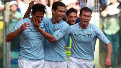 Маури от Лацио получава поздравления за гола си от своите съотборнци Ернанеш и Лихтщайнер