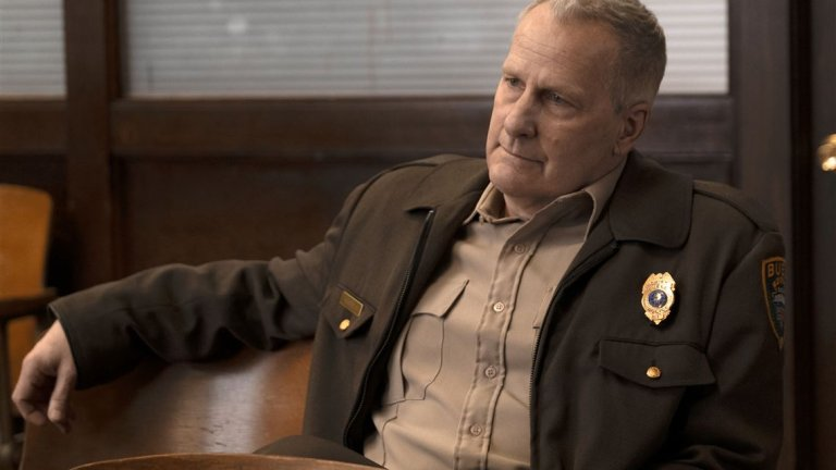 """American Rust (Showtime) - 12 септември Ръст Белт е един от онези малки градчета в Пенсилвания и """"Ръждивия пояс"""" на Америка, в който е пълно с добри хора, които умеят да взимат предимно лоши решения. Главна роля тук играе Дел Харис (Джеф Даниелс от Newsroom) - застаряващ шериф, който е направил своите редица компромиси в живота и работата си, а сега е на път да се изправи срещу най-голямото предизвикателство досега. Когато синът на жената, която Харис обича, е обвинен в убийство, той трябва да вземе решение дали да защити момчето, или да остави закона да си свърши работата. Но ако законът в случая бърка? Ако """"Мер от Ийсттаун"""" ви е харесал, задължително дайте шанс на American Rust."""