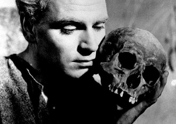 """""""Хамлет""""  От безбройните екранизации на безсмъртния Шекспиров шедьовър най-иконична остава тази на сър Лорънс Оливие от 1948-а.   Смятаният за най-велик актьор на всички времена британец (конкуриран единствено от Марлон Брандо) режисира и играе в особено ефектна екранна инкарнация на трагедията за датския принц.   Оливие поставя златен стандарт в интерпретирането на Хамлет за голямото кино.   Всички следващи познавачи на Шекспир като Кенет Брана, например, посочват сър Лорънс Оливие като върховния майстор в пресъздаването на света на Барда. """"Хамлет"""" е първото британско кино произведение с награда """"Оскар"""" за най-добър игрален филм.   А изпълнението на Оливие като Хамлет често е посочвано като най-грандиозната и могъща актьорска работа в историята на седмото изкуство."""