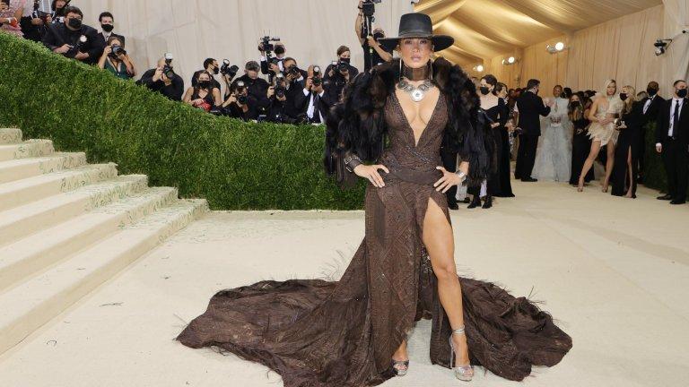 Дженифър ЛопесСекси рокля с мнооого дълбоко деколте и още по-дълбока цепка. Дизайнът е на Ralph Lauren.