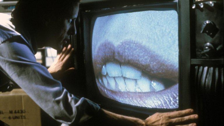 """""""Videodrome"""" Филмът на Дейвид Кроненбърг от 1983 г. извежда VHS филмовата култура на ново равнище, разположено в атмосферата на Лъвкрафт. Джеймс Уудс е Макс Рен - президент на порнографски ТВ канал, който получава достъп до """"videodrome"""", шоу със сексуален характер и практикуване на различни мъчения и изтезания. След като Макс пуска шоуто в своя канал, се оказва забъркан в грандиозна конспирация."""