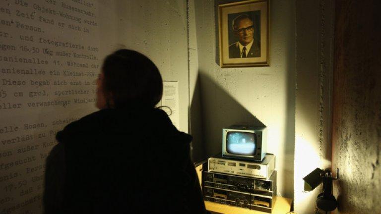 Сравнението между тайната полиция на ГДР и агенцията за сигурност на САЩ е адски подвеждащо: веднъж то омаловажава ужаса на целенасоченото потисничество на Щази, и втори път - омаловажава заплахата за демокрацията, която представлява тайното подслушване от NSA.