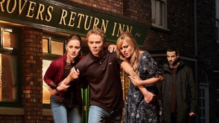 """Coronation Street / """"Улица Коронация""""  Coronation Street е най-продължителният сериал, който все още е в ефир. Първият му епизод е през далечната 1960 г. и оттогава насам се превръща в цяла институция за британската телевизия. Разказва историята на няколко поколения жители на малкото измислено градче Уетърфилйд в околностите на Манчестър и остава популярен преди всичко заради специфичния си лек британски хумор, чрез който се засягат деликатни социални теми."""