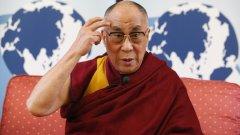 Верен на своите либерални възгледи Далай Лама осъжда политиката на руския президент Путин. Той също така заявява, че не иска наследник. Но ще могат ли тибетските монаси да продължат традицията без лидер? Това ли е краят на Далай Лами-те в Тибет?