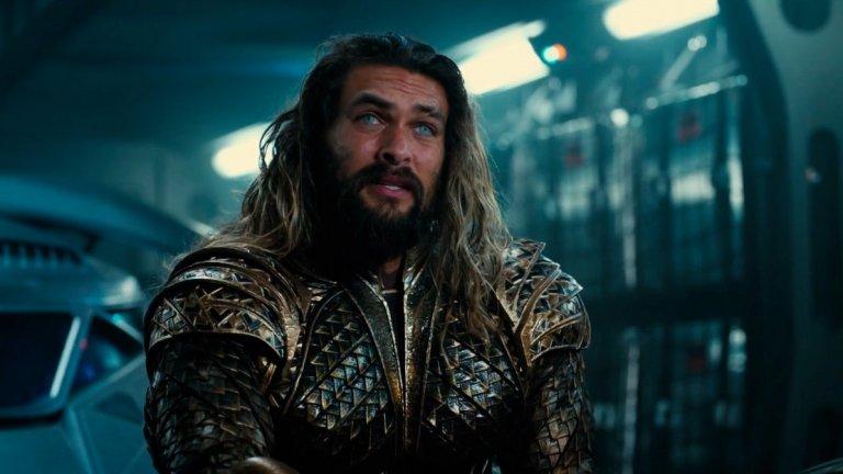 """9. Aquaman / Аквамен (21 декември)  Ето го и единствения филм от Warner Bros./DC Comics за тази година. Да превърнеш Аквамен, който по принцип е атлетичен и рус, в тъмен, дългокос и татуиран здравеняк се оказа оправдан риск и героят беше едно от горе-долу успешните неща в """"Лигата на справедливостта"""". Сега е време и за самостоятелния му филм, в който ще разберем повече за наследника на Атлантида, който може да контролира водата и да общува с рибите. Освен това Джейсън Момоа (Хал Дрого, пак от """"Игра на тронове"""") може да привлече доста зрителки пред екраните. До момента повечето филми на DC са в графите """"слаби"""" и """"ставащи"""". Дано този се представи по-добре."""