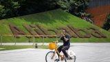 Китайският гигант вече усеща силата на протестите