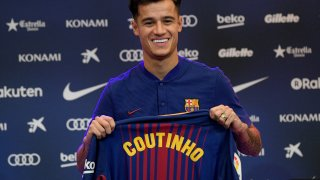 Коутиньо пристигна в Барселона с усмивка, но днес не му е до смях.