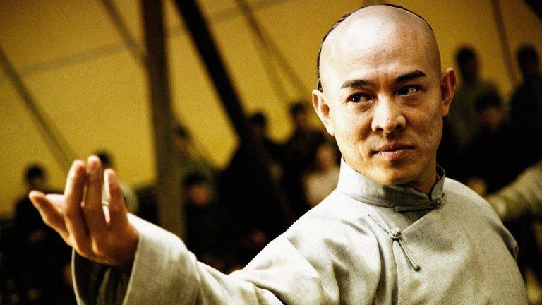 """Fearless / """"Безстрашен""""  Джет Ли не е от забавните. Той е по-скоро от онези типове, които влизат в стаята и избърсват пода с всеки попаднал му пред погледа. Горе-долу това се случва и в """"Безстрашен"""". Историята е по истински случай за легендарния адски корав майстор Хуо Юан Джия, който обикалял света и предизвиквал на двубои чужденци, за да възстанови честта на китайския народ във време, когато страната е била под чужди влияния."""