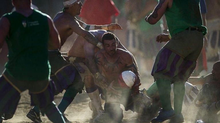 Футболистите използват всички позволени, а понякога и непозволени, средства, за да спечелят топката.