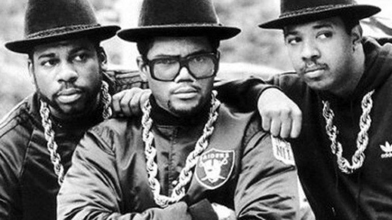 """Run-DMC – Run-DMC (1984)  Идеята за рап албум беше някак немислима, преди Run-DMC да издаде дългосвирещия си дебют. Когато след доста години Еминем ги въведе в Залата на славата на рокендрола, той ги нарече """"първите филмови звезди на рапа... те са The Beatles"""". """"Run-DMC не промениха само музиката, те промениха всичко"""", добави Бъста Раймс. В средата на 80-те острите и агресивни песни на триото като Sucker MCS и Hard Times бяха в ярък контраст с R&B, диско и фънк влиянията в рапа от онези години. Тримата промениха тенденциите в жанра и визуално, като отхвърлиха шантавите облекла за сметка на анцузите и маратонките. Така Run-DMC се превърнаха в може би най-влиятелната хип-хоп формация и с този техен първи албум дадоха тласък на рапа такъв, какъвто го познаваме и до днес."""