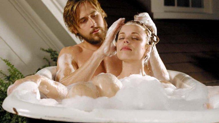 """""""Тетрадката"""" е един от най-романтичните филми в съвременното кино и няма как любовната искра между Ноа и Али да не пламне и в реалания живот. Някак логично звучи. Райън Гослинг признава, че Рейчъл Макадамс е една от големите му любови, въпреки че двамата се разделят през 2007 година."""