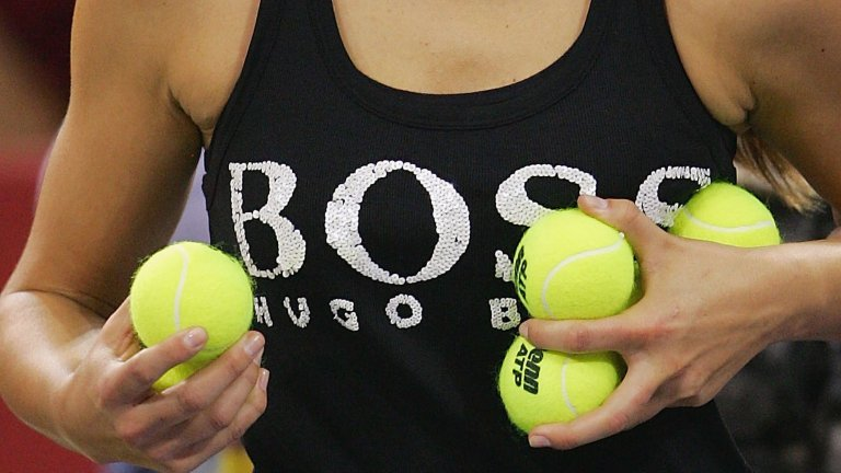 В Мадрид топките се подават не от деца, а от модели. Някои смятат, че разсейват тенисистите, докато други са повече от доволни