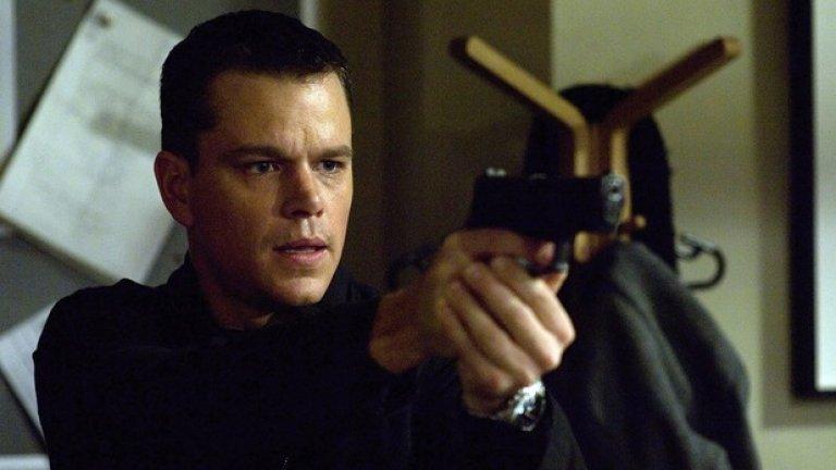 """""""Самоличността на Борн""""   Година преди Деймън да се превъплъти в Джейсън Борн, той и Пит работят по """"Бандата на Оушън"""", където стават и доста близки приятели. През 2002 г. обаче двамата актьори за малко да влязат в сериозна надпревара кой да участва във филма на Дъг Лиман за загадъчния Борн.   Все пак Пит предпочита да заложи на друг шпионски екшън - """"Шпионски игри"""", където си партнира с Робърт Редфорд."""