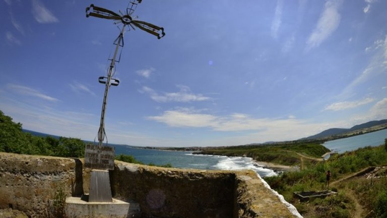 От върха на наблюдателния пост се открива красива гледка към Черноморец, местността Бакърлъка и Бургаския залив.
