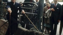 Ексцентричният художник разхожда марвояда си из Париж. Според него, животното символизира сюрреализма, затова през 1969 година го придружава от Барселона до френската столица