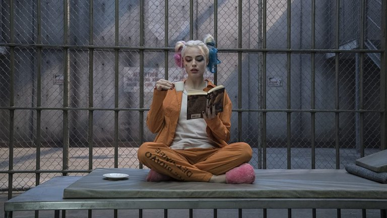 """Марго Роби в """"Отряд самоубийци""""Може би актрисата се е превърнала в икона за феновете на комикси с ролята си на Харли Куин, но всъщност тя споделя, че не се е чувствала особено комфортно по време на снимките, благодарение на оскъдното си облекло и бодящите бижута, които трябвало да носи. Най-лошата сцена за Роби на снимачната площадка обаче изобщо не е свързана с тези неудобства - актрисата беше потопена във вана с химикали, предназначени да избелят кожата ѝ като на друг герой от филмите на """"Марвел"""" - Жокера. Тя споделя, че това е най-неприятната сцена, която някога е трябвало да изиграе, тъй като течността влизала в ушите и носа ѝ, а накрая дори започнала да се дави."""