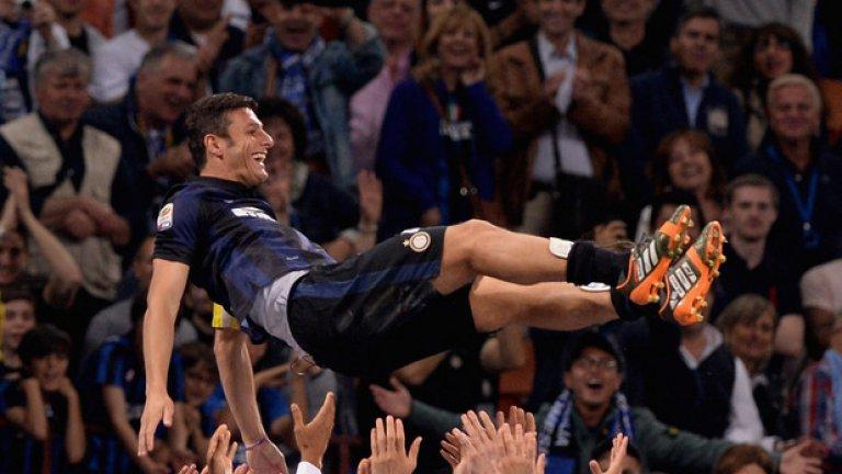 След като носи дълго време Интер на гърба си, Санети е изпратен на ръце от съотборниците.