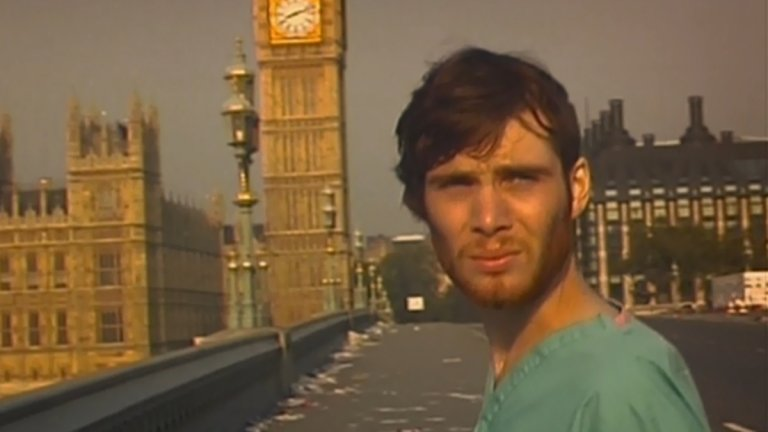 """От зомбита на чудовища със свръхслух  Много зрители за пръв път видяха Мърфи в """"28 дни по-късно"""" (2002 г.). Там актьорът е в ролята на Джим - мъж, който се събужда от кома в лондонска болница само за да открие, че е сам в един постапокалиптичен свят. Естествено, там го очакват зомбита. Интерсното е, че кариерата му прави своеобразен завой отново към хорър жанра. През есента на 2020 г. трябва да го гледаме в """"Нито звук 2"""" (A Quiet Place II), в който човечеството отново е сломено, но този път оцелелите трябва да се пазят от чудовищни същества, които се ориентират дори от най-малкия шум."""