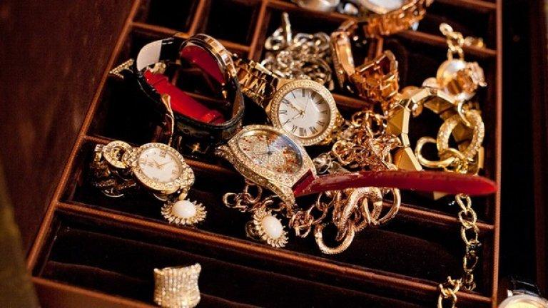 Мелания проектира и продава колекция от часовници, пръстени, гривни и обеци за QVC, които варират от 10 до 162 долара