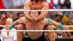 Русев мачка! Този път роденият в Пловдив шампион в кеча е притиснал здраво Джон Сена на Wrestlemania 2015.