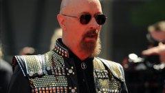 Роб Халфорд изглежда точно като на сцената, като фронтмен на Judas Priest: висок 1.82 м, облечен изцяло в черно, с боядисана в черно дълга козя брадичка, с обръсната, татуирана глава, и поглед, скрит зад авиаторски очила