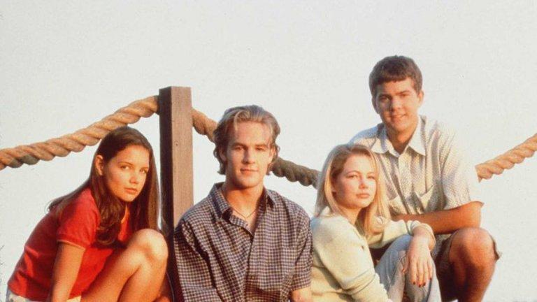 """Dawson's Creek """"Кръгът на Доусън"""" Мислехте, че ще пропуснем този сериал? Няма как да стане. Драмата на Кевин Уилямсън с участието на Кейти Холмс, Мишел Уилямс, Джошуа Джаксън и Джеймс Ван Дер Бийк е сред най-вълнуващите тийн ТВ поредици. У нас го излъчваха по Нова телевизия и въпреки че сериалът си беше малко наивен и предсказауем, феновете му никак не бяха малко."""