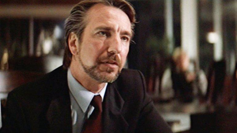 """Първата голяма роля на Рикман в Холивудска продукция е тази на Ханс Грубер в """"Умирай трудно"""". 1988г. е годината, в която за първи път Джон Маклейн ( Брус Уилис) стъпва в """"Накатоми Плаза"""" и се изправя пред стилния архизлодей Ханс Грубер (Алън Рикман). Оттам нататък пътят на иконичния екшън е само нагоре. Както и за Рикман."""