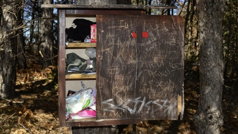 Съвестни планинари са изградили шкафче за спешни случаи, в което има почти всичко - от лепенки и медикаменти до цигари. Ако ви се наложи да използвате нещо от него, заменете го с друго, за да могат и други да се възползват от импровизираната аптечка.