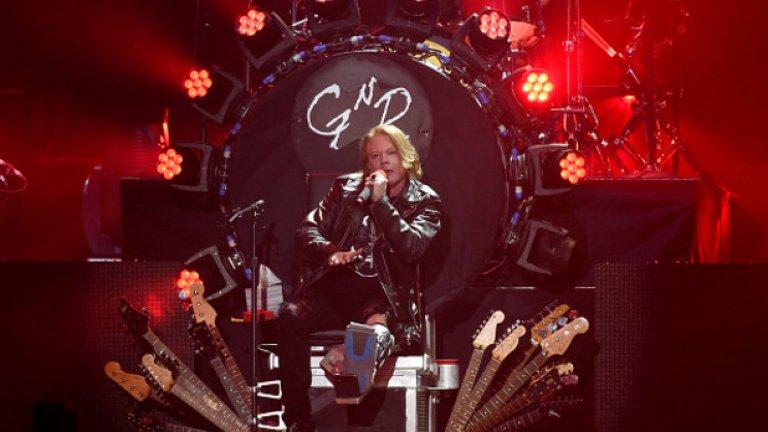 На първите концерти след обединението на Guns N' Roses Аксел беше със счупен крак и пееше на трона, направен преди време за Дейв Грол от Foo Fighters. Дали защото не хабеше енергия да тича насам-натам по сцената, Роуз звучеше страхотно на тези концерти