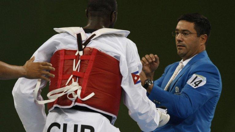 30. Пекин 2008: Съдията, съдията... След като бе дисквалифициран, кубинският таекуондист Анхел Матос си изкара яда върху двама от съдиите. И той, и треньорът му бяха изключени от олимпийските игри завинаги.