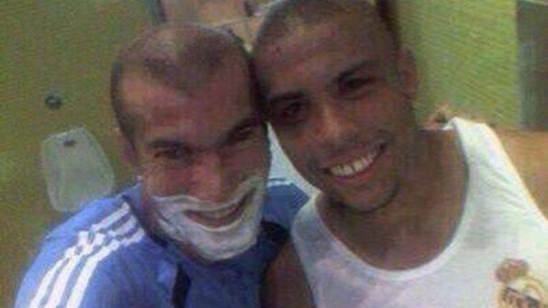 Зидан и Роналдо от времето им в Реал. Двете звезди бяха открили селфито, въпреки че още не знаеха, че се казва така.