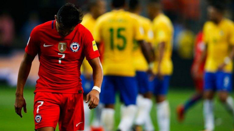 Чили, Мондиал 2018 Да, не е същото като Аржентина на Меси, или бразилия на Неймар да пропусне Мондиала в Русия догодина. Но все пак Чили е най-силният отбор, който отпадна още в квалификациите и единствено Италия може да засенчи провала на южноамериканците, ако не спечели в баражите. Това обаче е малко вероятно, тъй като Буфон и компания ще са сред поставените. По всяко друго време не би било такава изненада Чили да пропусне Световно първенство, но в последните години същият този отбор се утвърди като един от най-силните на планетата. И най вече спечели последните две издания на Копа Америка (2015-а и 2016-а), побеждавайки на финала. Освен това в тима играят световни звезди като Алексис Санчес, Артуро Видал и Клаудио Браво, повечето от които едва ли отново ще имат шанс да играят на Мондиал. В крайна сметка шампионът на Южна Америка няма да игра в Русия през 2018-а, след като загуби последния си мач в Бразилия с 3:0 и остана шести от десет отбора на континента. Перу пък отиде на бараж заради по-добра голова разлика.