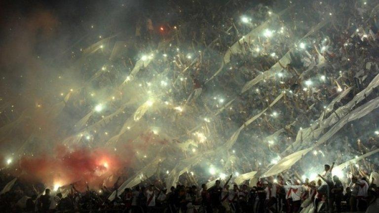Феновете на аржентинския Ривър Плейт празнуват победата на своя любим отбор на финала за Купа Сюдамерикана на 10-ти декември срещу колумбийския Атлетико Насионал