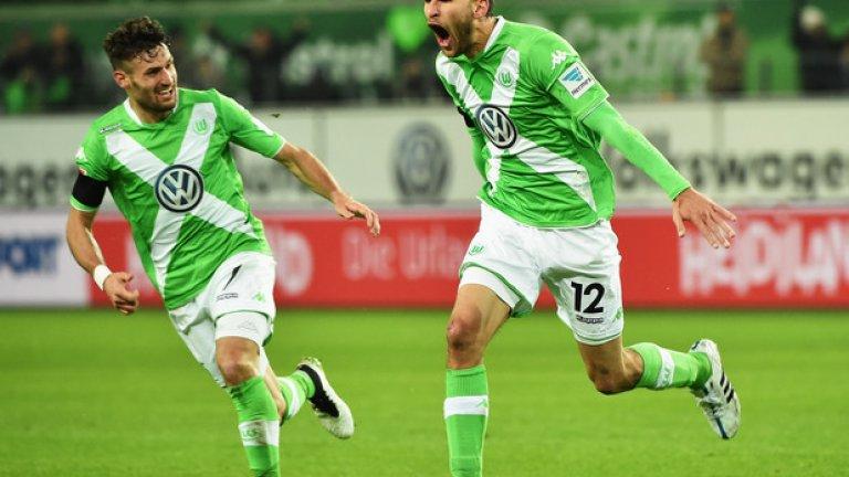 22 Бас Дост Машината за голове на Волфсбург. Холандският нападател има 16 гола в 21 мача в Бундеслигата този сезон, като отбеляза два в един мач на шампиона Байерн и цели четири във вратата на Леверкузен при победата с 5:4 през февруари. Няколко отбора от Висшата лига са готови да извадят 10 млн. евро за Дост.