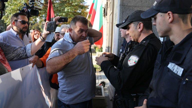 Протестиращи блокираха сградата на КПКОНПИ